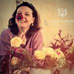 יוליה מרכיבה זר פרחים